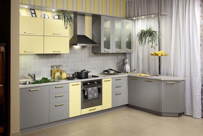 Крашенные фасады кухонного гарнитура зачастую не уступают по внешнему виду более дорогим аналогам