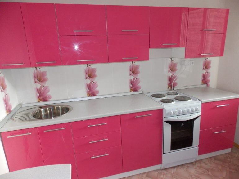 Несмотря на некоторые недостатки, покрытие фасадов эмалью – один из распространенных способов отделки кухонных гарнитуров