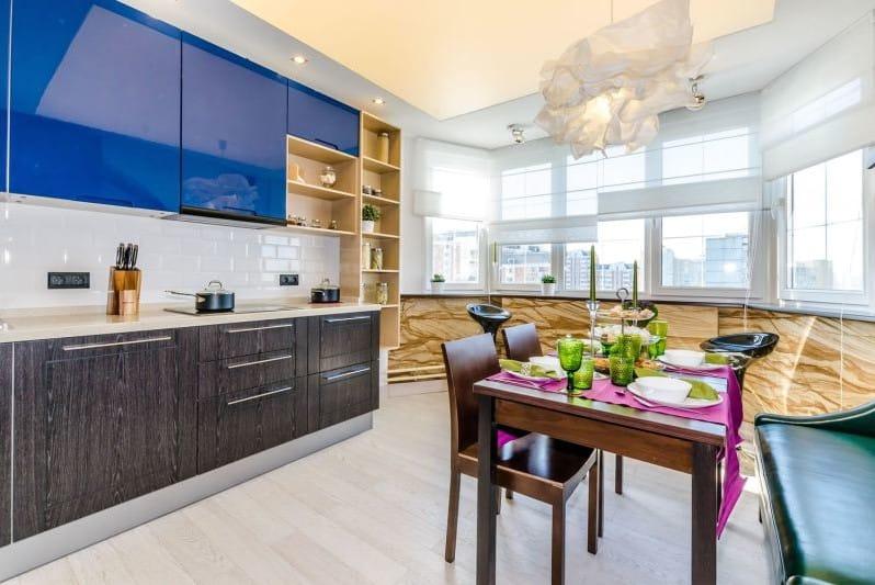 На такой кухне вы сможете разместить всю нужную технику, вместительный гарнитур, обеденный стол и даже мягкий диван