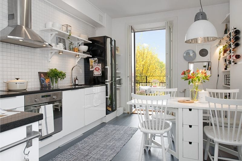 Кухня с угловой планировкой, выходом на балкон и со складным обеденным столом