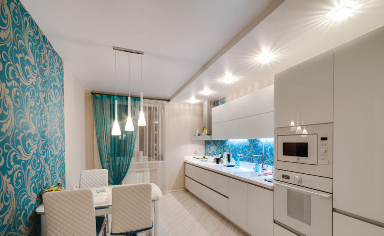 Натяжные потолки для кухни выпускаются из материалов, рассчитанных на продолжительный срок службы