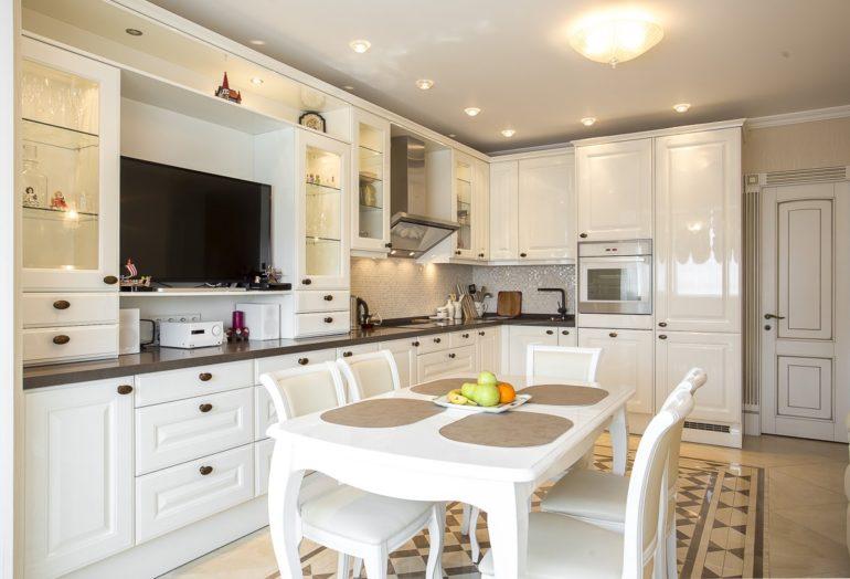 Изысканный интерьер просторной кухни с угловой планировкой