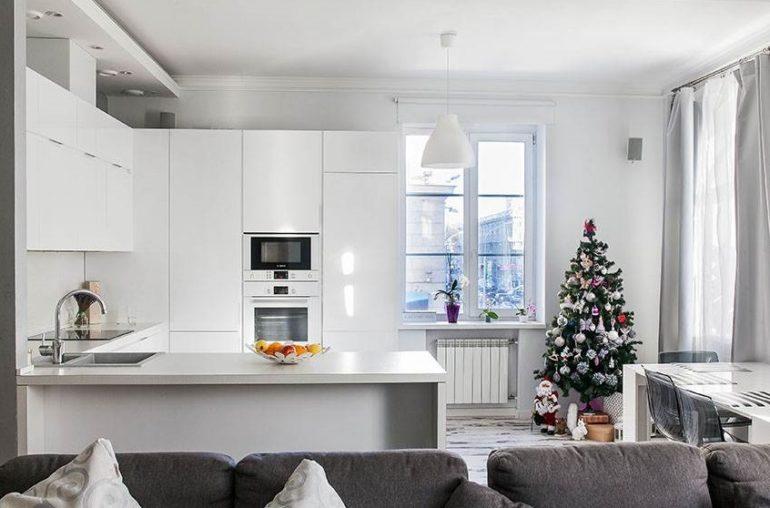 Белый П-образный гарнитур в интерьере кухни-гостиной