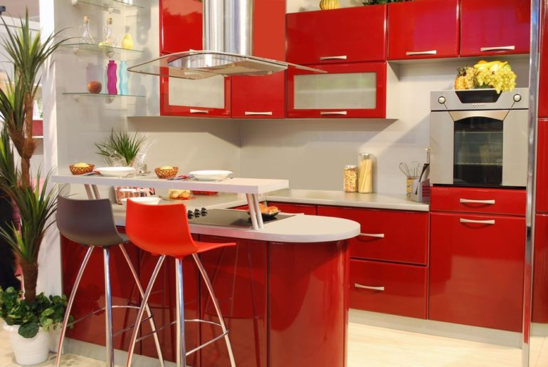 Двухуровневая стойка совмещает зону для приготовления пищи с местом для перекуса