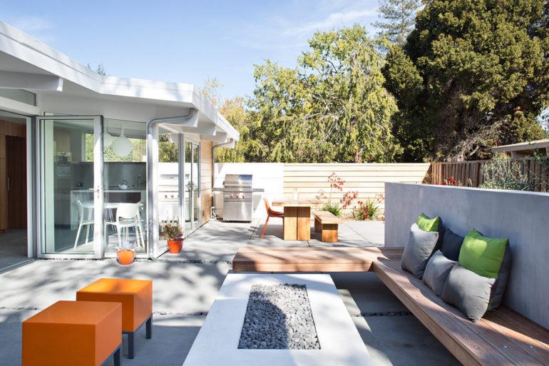 Летняя кухня станет гармоничным дополнением загородного дома, если её дизайн будет соответствовать общему стилевому направлению жилища