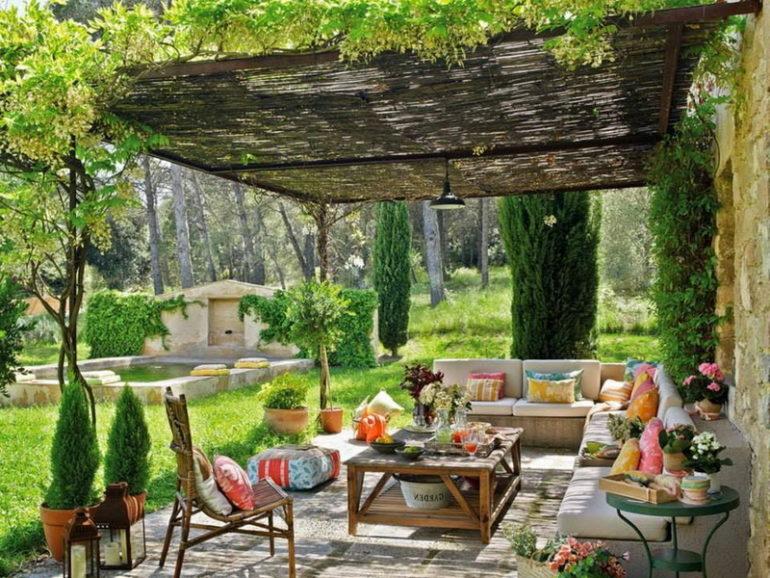На открытой летней кухне уместна мебель из натуральных материалов: ротана, дерева или бамбука