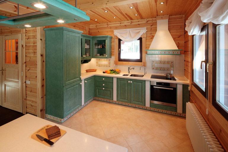 Интерьер деревянного дома задает определенные критерии оформления кухонного помещения
