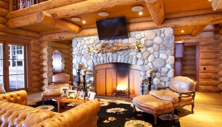 Камин с защитным экраном – разумное решение для деревянного дома с точки зрения безопасности