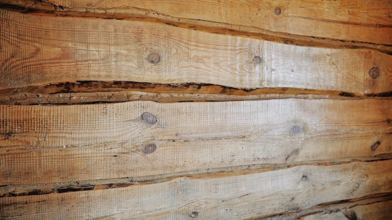Стены в деревянном доме из бревна