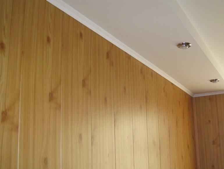 Отделка стен МДФ-панелями в доме из бруса естественной влажности