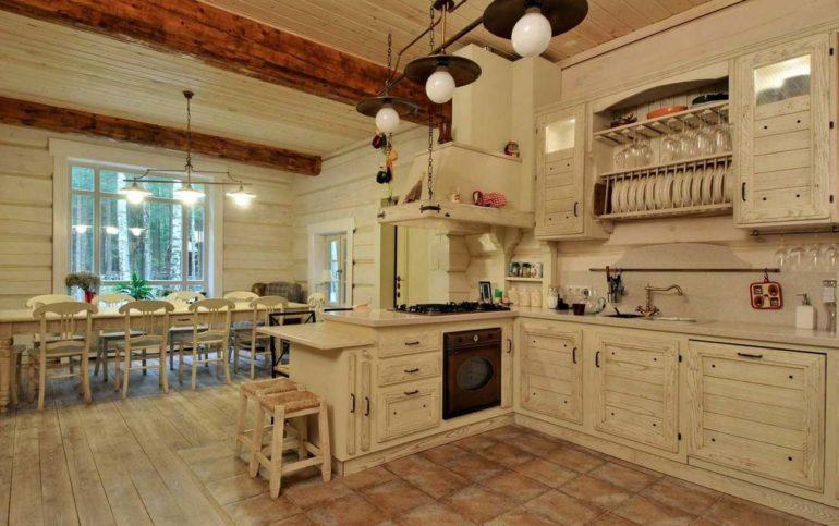 Дизайн кухни-гостиной в просторном деревянном доме