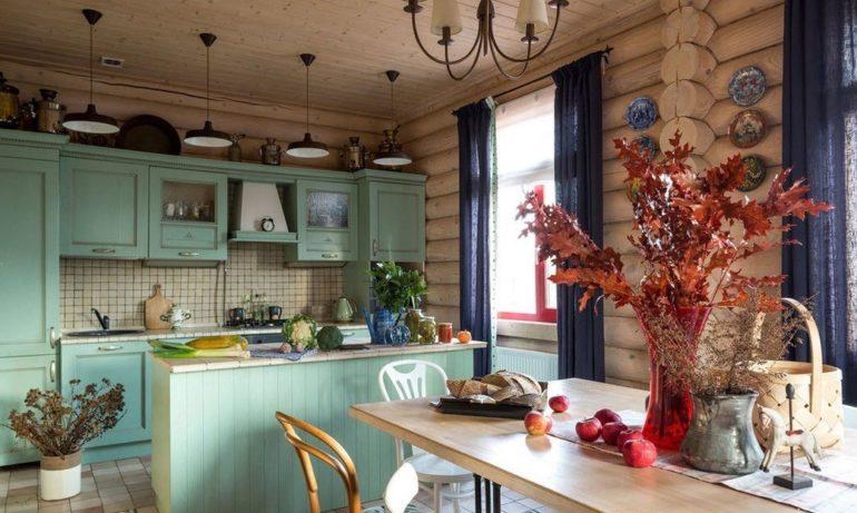 В этой кухне кантри-элементы удачно смешались с традиционно русским бревенчатым срубом