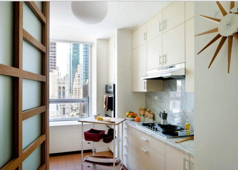 В кухне скромных размеров компоновка в один ряд оставит пространство для маневров или для небольшого обеденного стола