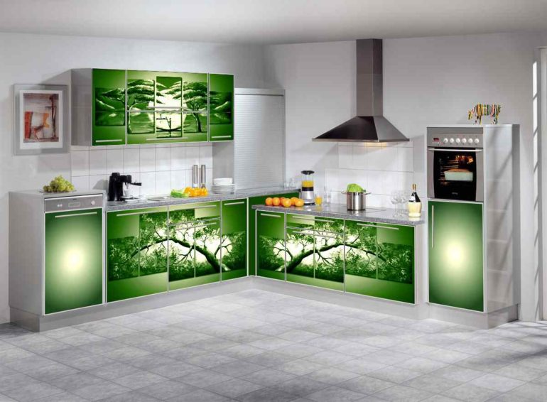 Стеклянные элементы разбавляют пространство прозрачными или полупрозрачными поверхностями, делая кухонный гарнитур более воздушным и изысканным