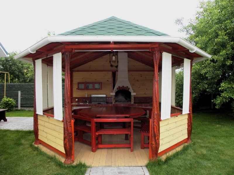 Небольшая летняя кухня открытого типа – свободного места немного, но есть всё необходимое, да и сделать подобную конструкцию реально своими силами