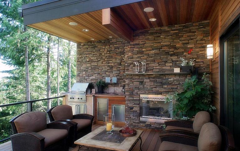 В дизайне летней кухни из камня приемлемы и даже желательны комбинации с деревом и другими материалами