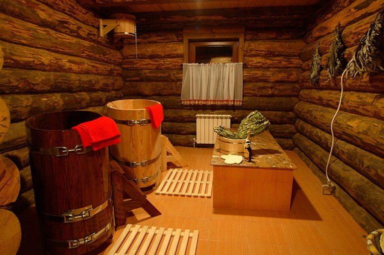 Натуральное дерево – традиционный материал как для отделки стен помывочной, так и для предметов интерьера
