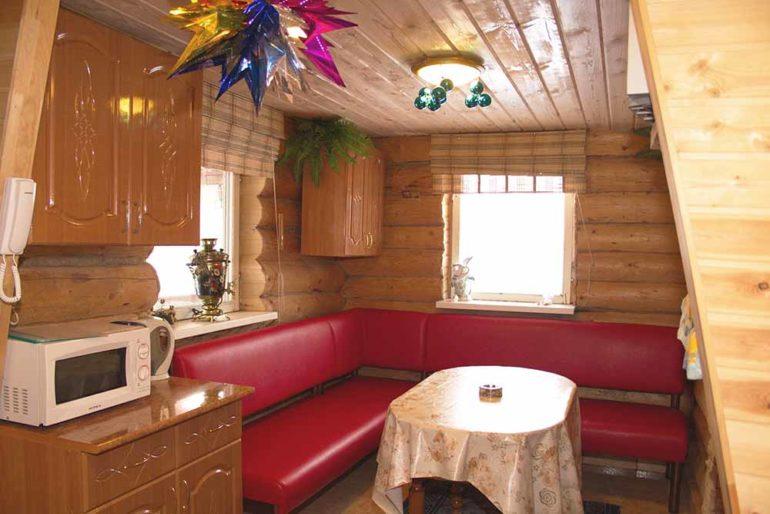 Кухня при бане часто совмещается с комнатой отдыха, а её размеры определяются количеством гостей