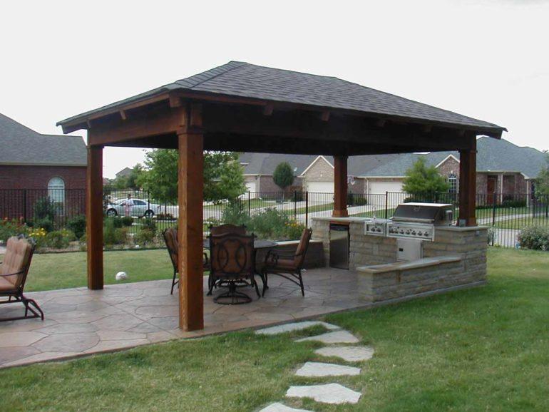 Самая простая конструкция летней кухни – это несколько деревянных столбов, поддерживающих легкую кровлю