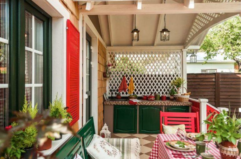 Летняя кухня в виде навеса, пристроенного к дачному домику