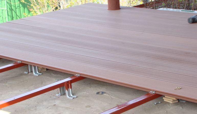 Террасная доска из ДПК укладывается на металлические или деревянные лаги