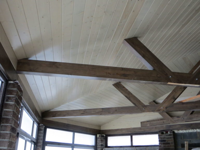 Подшивка потолка сосновой вагонкой