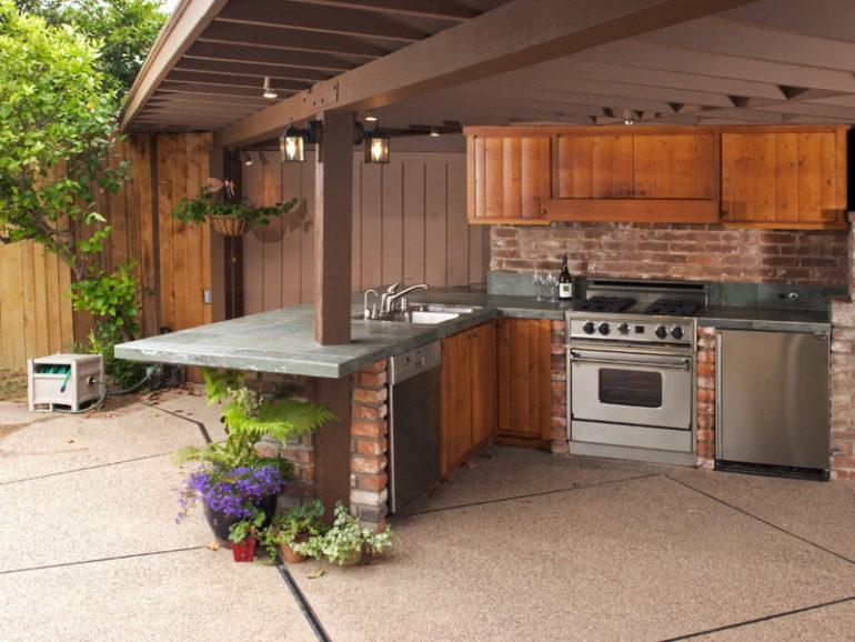 Летняя кухня относится к постройкам первой необходимости, именно с неё часто начинают благоустройство дачного участка