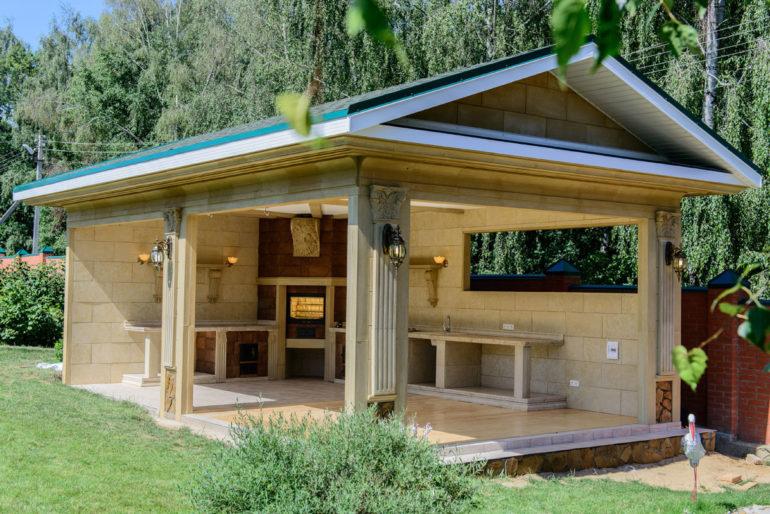 Расположение летней кухни рядом с домом облегчает подводку коммуникаций