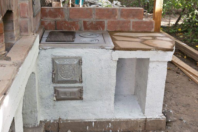 При строительстве печи учитывают два фактора – фундамент и безопасность