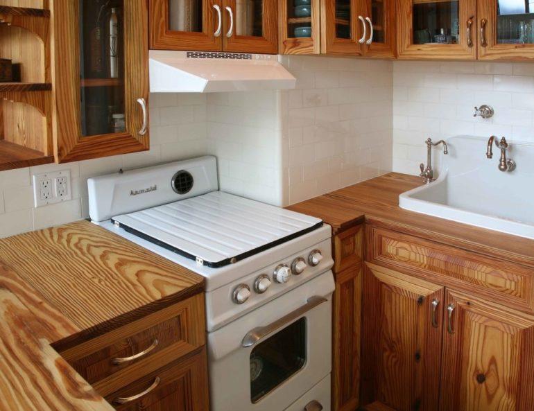 Гарнитур из массива древесины на маленькой кухне