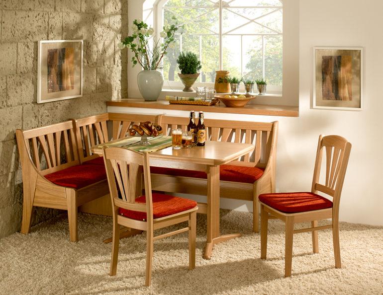 Даже самые простые предметы деревянной мебели придают помещению классический и законченный вид