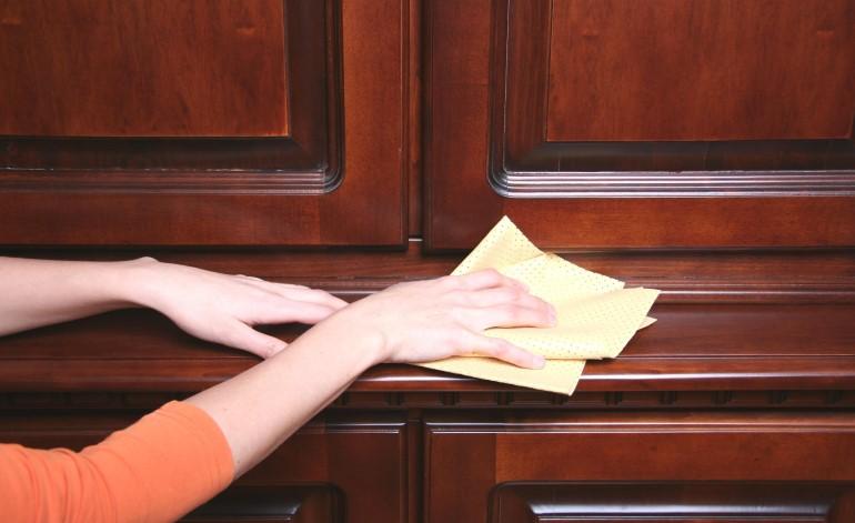 Лакированную деревянную мебель рекомендуется периодически полировать восковым составом