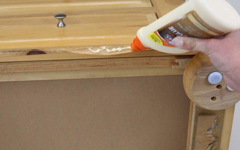 В первую очередь необходимо заменить сломанные детали и сделать ремонтные вставки на местах сколов