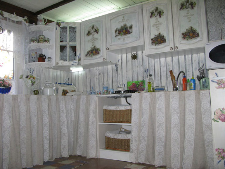 Старые кухонные шкафчики после простого обновления могут превратится в изюминку интерьера, а добавление декорирующих элементов кардинально изменит дизайн кухни