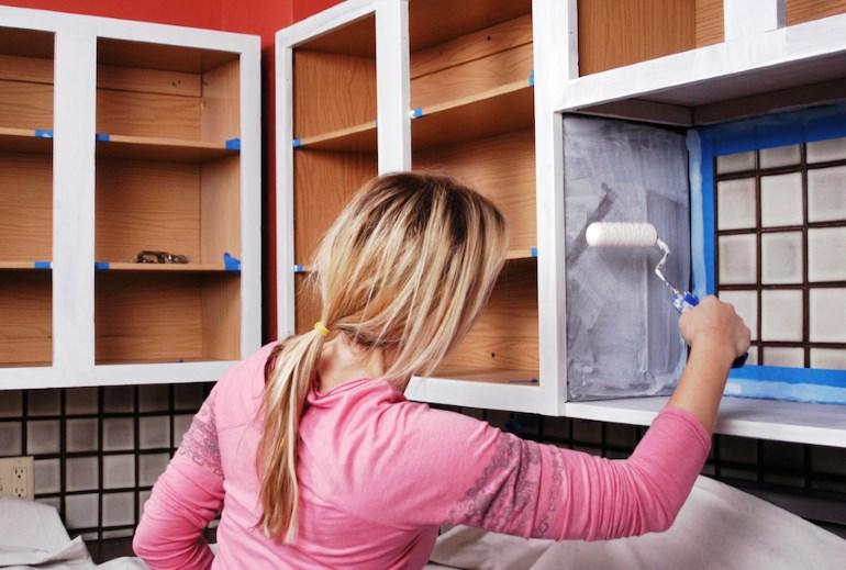 Каркас кухонного гарнитура можно покрасить на месте, предварительно сняв навесные дверцы
