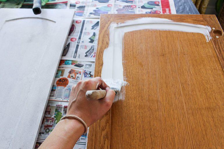 Покраска выполняется минимум в два слоя – вдоль и поперек мебельного щита