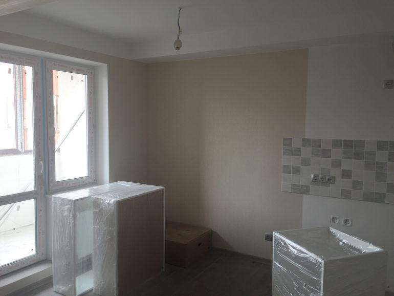 Перед окраской стен и потолка не забудьте защитить мебель от случайных капель и потеков