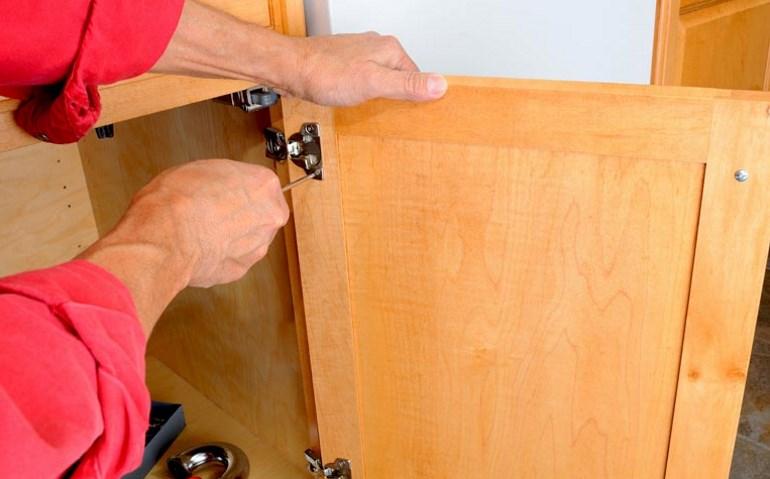 Дверцы перед реставрацией лучше снять