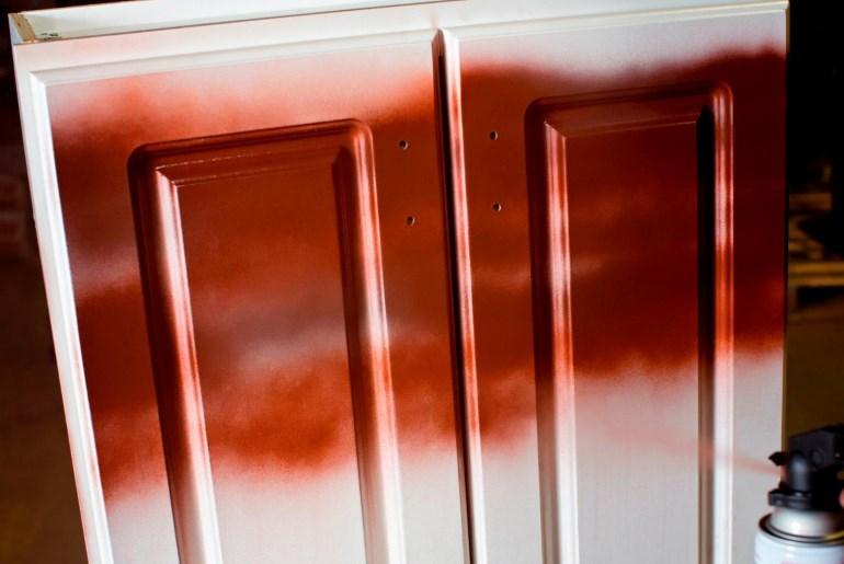 Краска в аэрозольном баллончике – лучший выбор для тех, у кого нет краскопульта и желания работать кисточкой