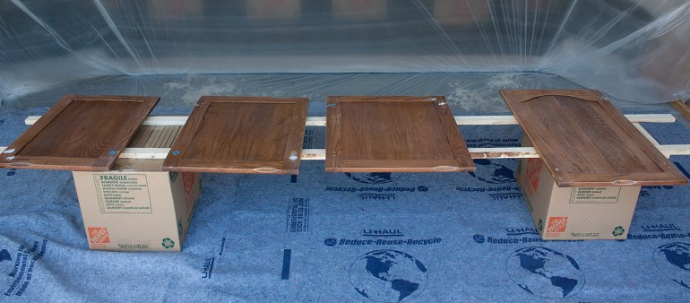 Деревянные фасады можно покрыть морилкой или лаком