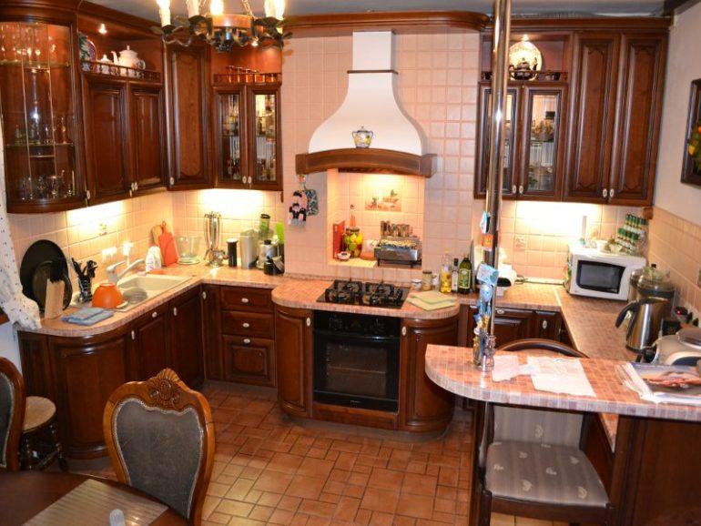 В малометражной кухне установка П-образного гарнитура оправдана, если для приема пищи будет использоваться отдельная столовая