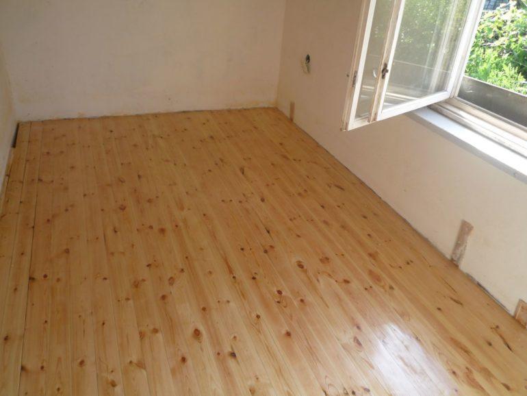 """Деревянный пол светлого оттенка """"не нагрузит"""" пространство, что далеко не лишнее для маленькой кухни"""