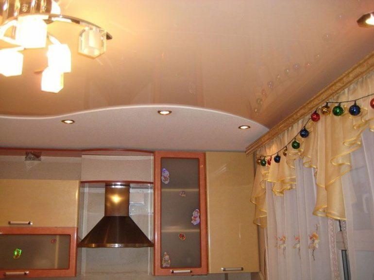 Натяжной потолок из ПВХ-пленки скроет все дефекты базового потолка
