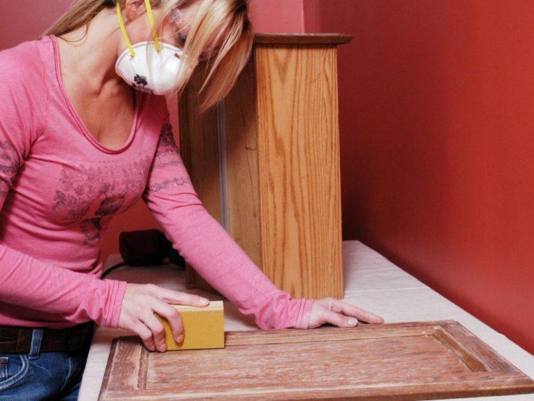 Поверхность панели лучше обработать шлифовальной машиной, а вот рельефную фрезеровку придется очистить вручную