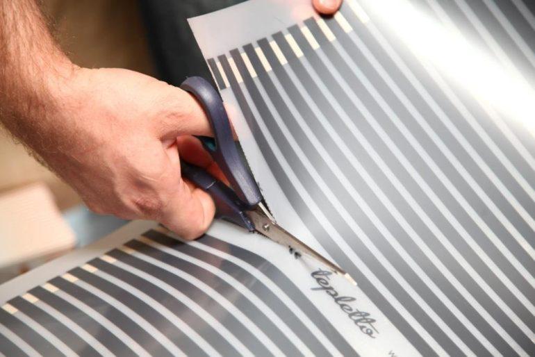 Раскрой обычно производится с изнанки, где есть разметка, но при подгонке рисунке удобнее вырезать с лицевой стороны