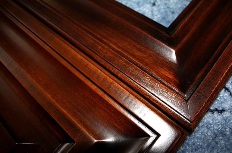 Комбинированные фасады лучше разобрать перед реставрацией и работать раздельно с рамкой и с филенчатой частью