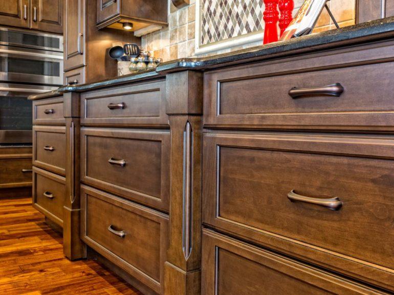 Лакировка или использование морилок – оптимальные варианты реставрации деревянной мебели