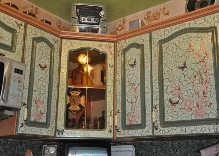 Декупаж фасада кухонного гарнитура с использованием техники кракле