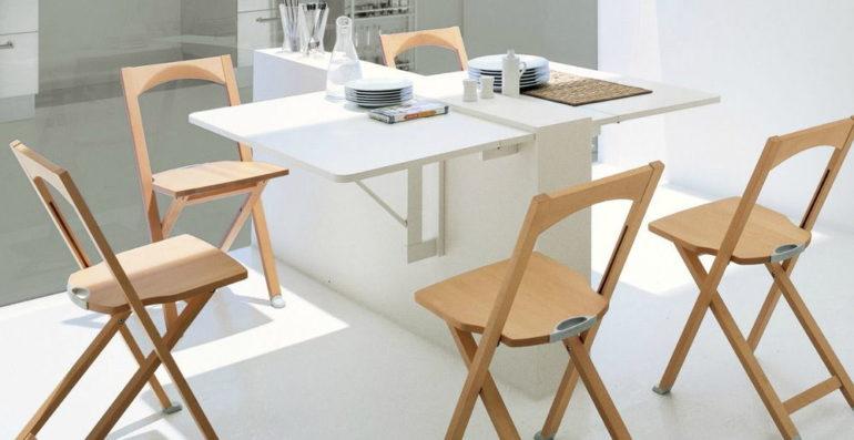 Эту складную мебель можно поставить на время обеда, а затем аккуратно убрать и хранить в компактном виде до следующего приема пищи