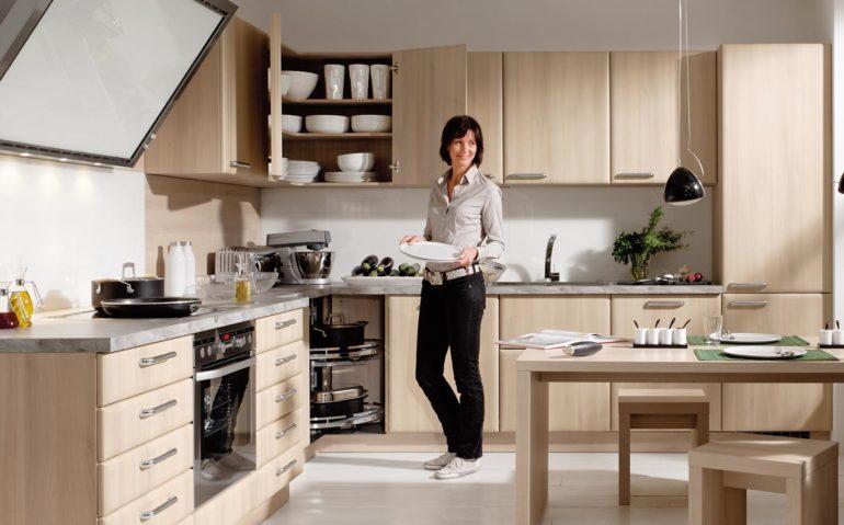 Размеры мебельного гарнитура должны обеспечивать максимально комфортное перемещение человека по комнате и удобство использования кухонной утвари